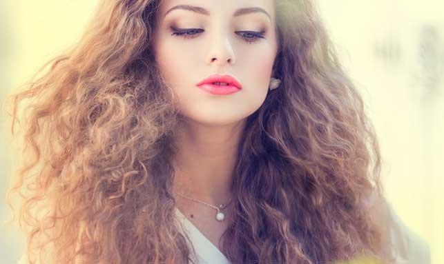 cabello encrespado mujer